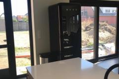 Keuken in zwarte laminaat gecombineerd met deuren in houtstructuur