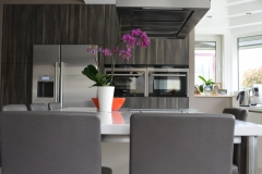 Witte keuken gecombineerd met houtstructuur