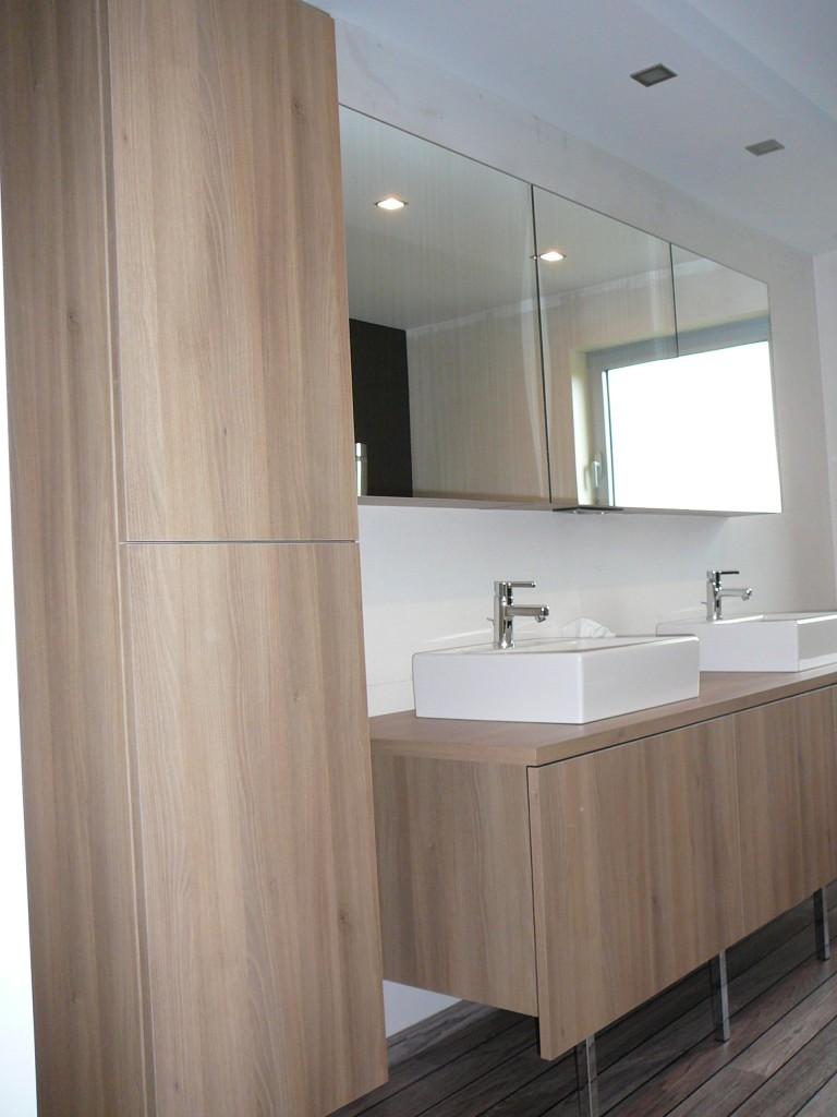 Badkamer met opbouw wasbakken