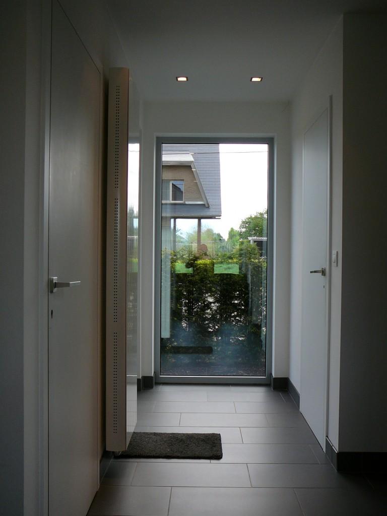 Beide deuren liggen in hetzelfde vlak wat esthetisch zeer mooi is maar de linkse deur draait naar binnen open en de rechtse draait naar buiten open.