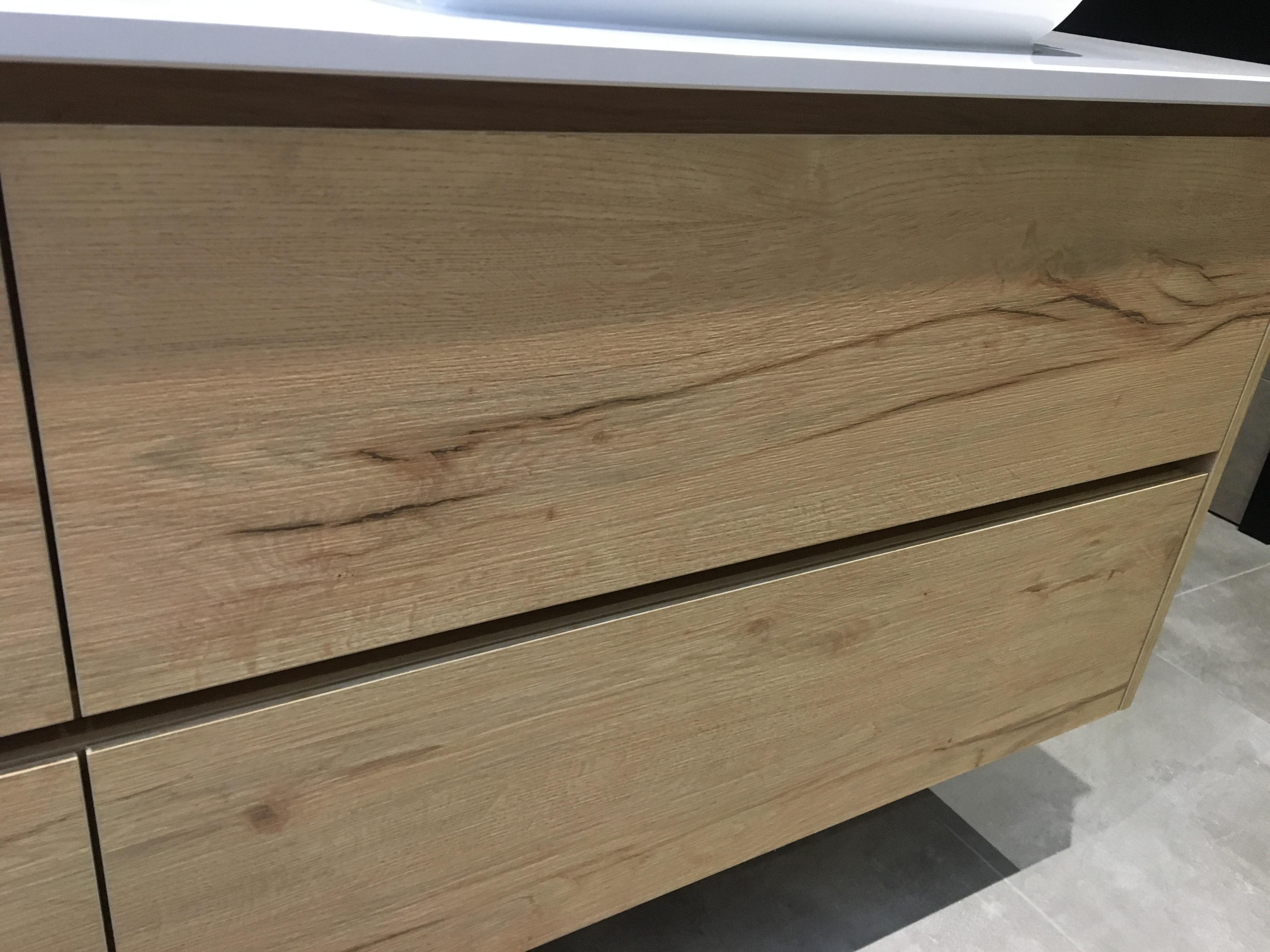Zwevend badmeubel met houtstructuur