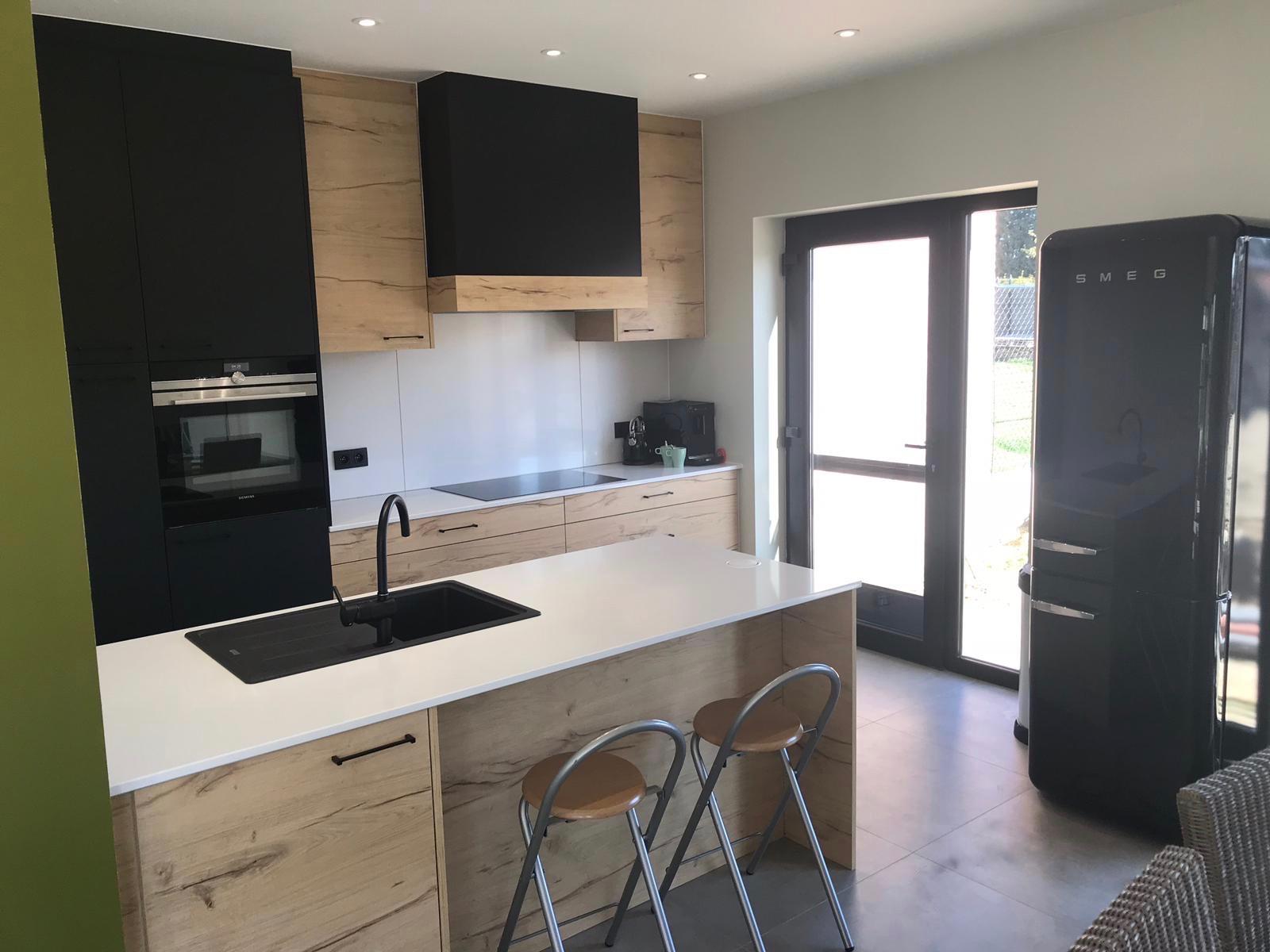1 Keuken in zwarte laminaat gecombineerd met deuren in houtstructuur