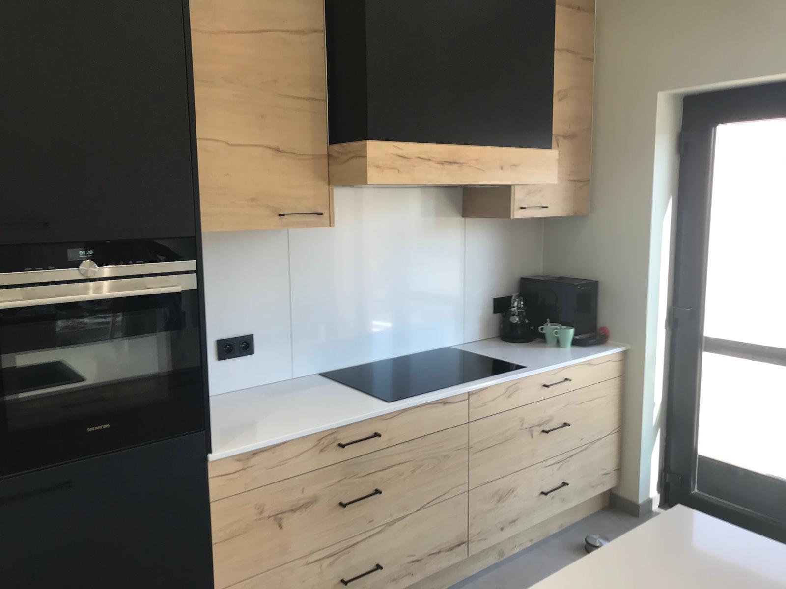 2 Keuken in zwarte laminaat gecombineerd met deuren in houtstructuur
