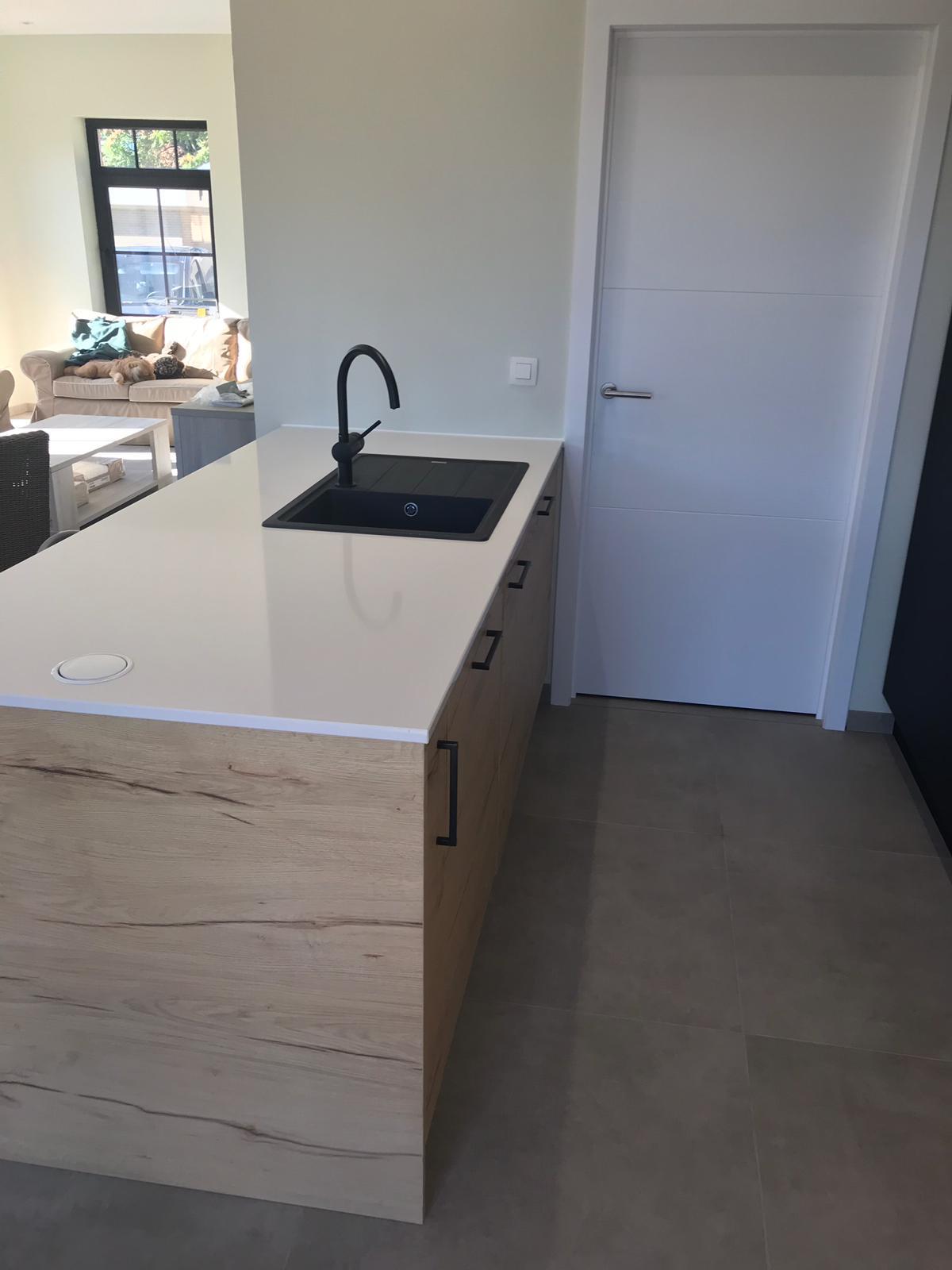 4 Keuken in zwarte laminaat gecombineerd met deuren in houtstructuur