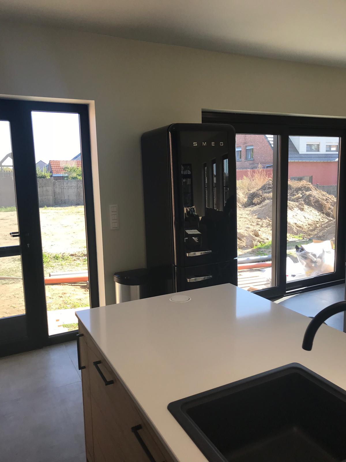 5 Keuken in zwarte laminaat gecombineerd met deuren in houtstructuur