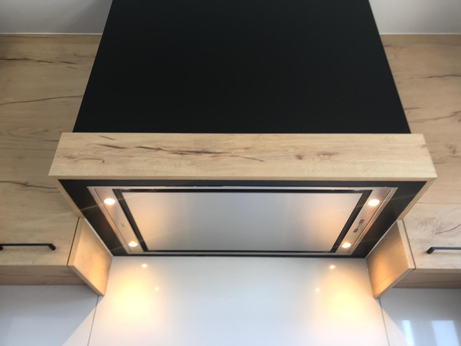 6 Keuken in zwarte laminaat gecombineerd met deuren in houtstructuur